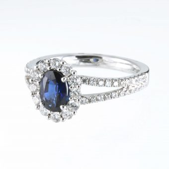18ct White Gold Oval Diamond & Sapphire ring